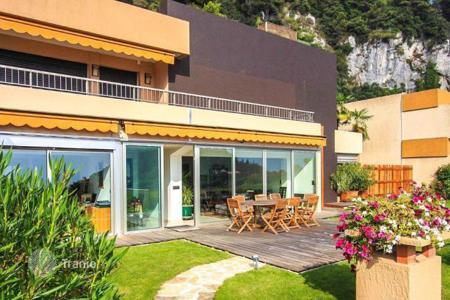 Luxury apartments with pools for sale in Èze. Modern apartment in Eze Village