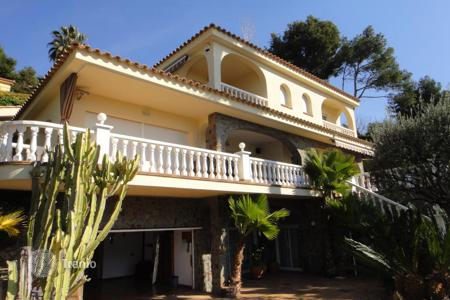 Houses with pools by the sea for sale in Costa Brava. Classical villa in Mediterranean style 150 meters away from seashore